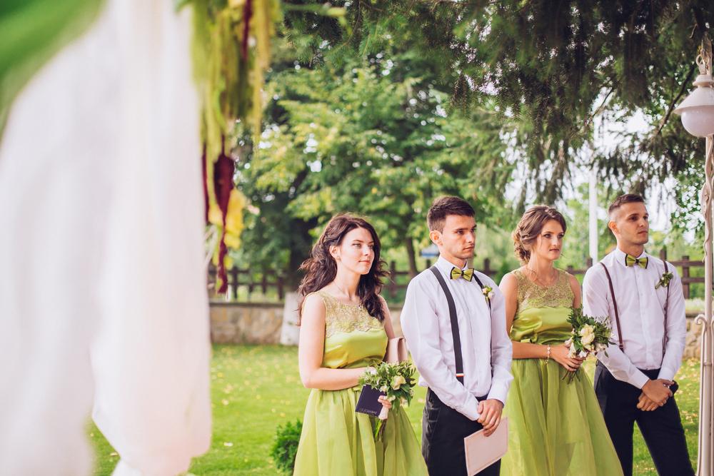 結婚式をより素敵なものにする 余興をすると、自分の大切な人の結婚式をより楽しいものにするのが可能になります。余興をするなら出来るだけ盛り上げたい!と思うのは、結婚式素敵なものにしたいからこそ。 結婚式を楽しいものにするためにも、新郎新婦は余興を知人に頼みます。頼まれた側としては自信があまりないと思っても、とにかく楽しくて思い出に残る結婚式にしたい!と思い、余興を引き受けるでしょう。 自分でも出来るのは何だろう?と考えながら、色々と案を出していくのも楽しいと感じる人は多いもの。頼まれたのが何よりも嬉しい!と思う人もいるでしょう。自分の結婚式に余興をしてくれたから、そのお礼に今度は自分が頑張ろう!と思う場合もあるのです。 ここでのつながりを考えると、今度は自分が〇〇の結婚式を盛り上げよう!と思い、気合が入るでしょう。 知人としてゲストに紹介してもらえる